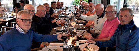 14 Glada golfare som njuter av maten ?